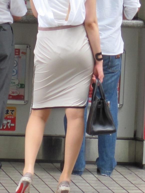 スカート履いてるOLさんがタイトすぎてくっそエロいわwwwwwww【画像30枚】10_201811141330040e3.jpg