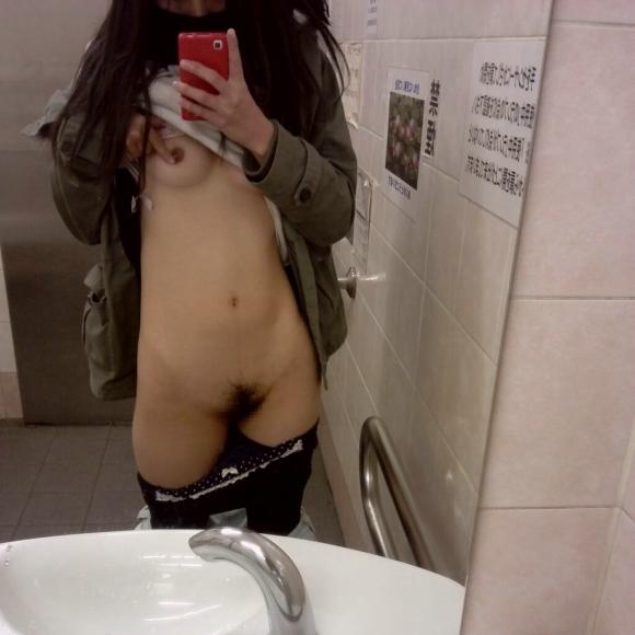 【素人自撮り画像】恥ずかしいからってトイレの中で自撮りしてる素人娘のオナネタ画像wwwwwww【画像30枚】10_20190113004307ae8.jpg