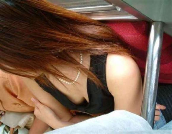 【凝視】電車で気になる胸チラ女子がいたらじっくりと堪能してしまうwwwwwww【画像30枚】10_20190216013427eee.jpg