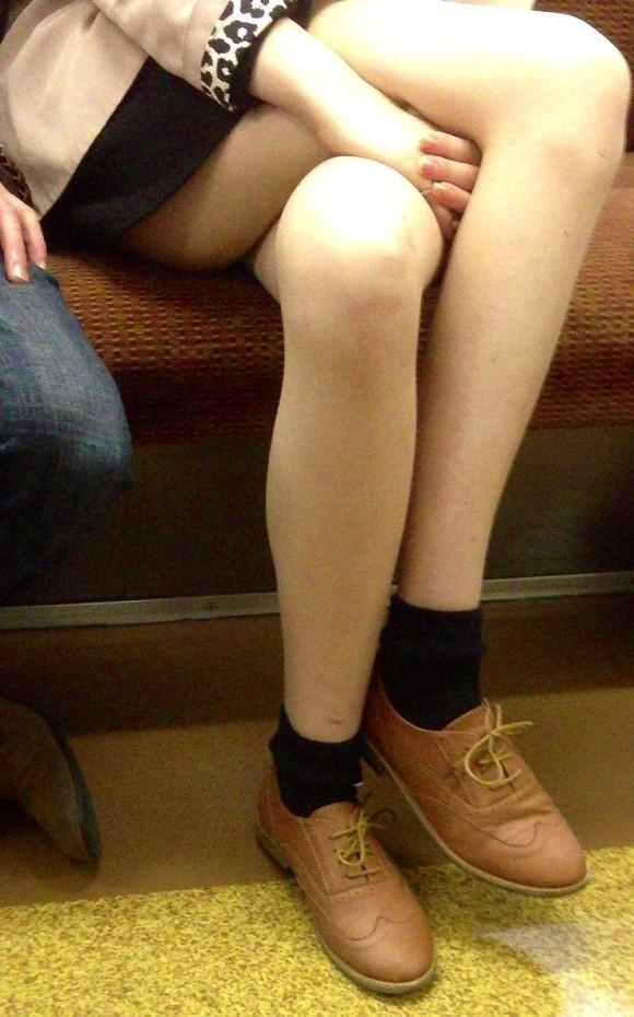 電車に乗ってる時間がとても楽しくなる女の子のエロい脚!wwwwwww【画像30枚】10_201903021515323e2.jpg