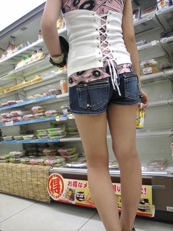 ホットパンツ履いてる女の子の脚を見つけたらずっと目で追ってしまうwwwwwww【画像30枚】10_20190604020820326.jpg