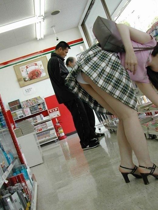 短いスカート履いてる子を狙うパンチラ盗撮犯の画像のクオリティが高すぎるwwwwwww【画像30枚】10_2019112022421315e.jpg