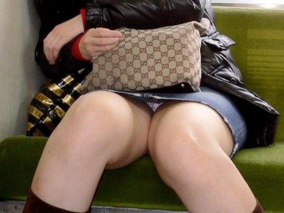 電車の中でエロい脚を晒してる女の子ってなんなん?wwwwwww【画像30枚】11_20180924174212080.jpg