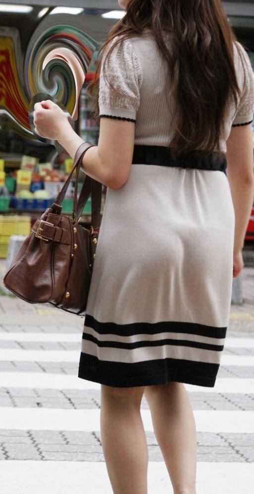 スカートが透けて見えてるパンティってソソるよなぁwwwwwww【画像30枚】11_20190112004601fec.jpg