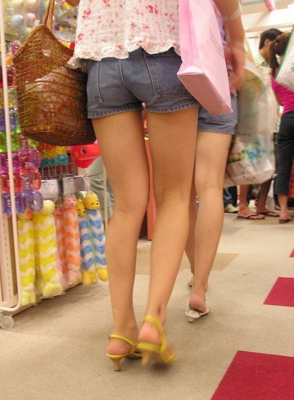 ホットパンツ履いてる女の子の脚を見つけたらずっと目で追ってしまうwwwwwww【画像30枚】11_201906040212010e3.jpg