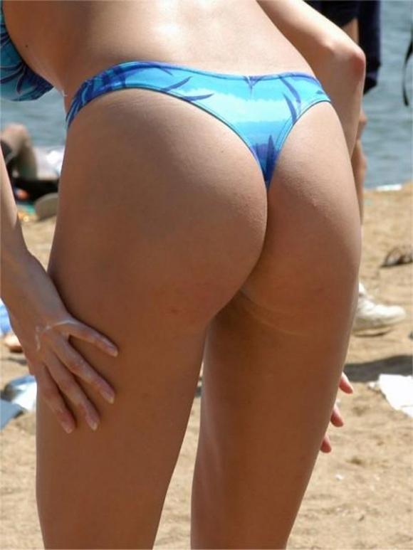 【素人水着画像】真夏のビーチをTバック水着で歩き回る素人を視姦してやりたいwwwwwww【画像30枚】11_201908160200500d6.jpg