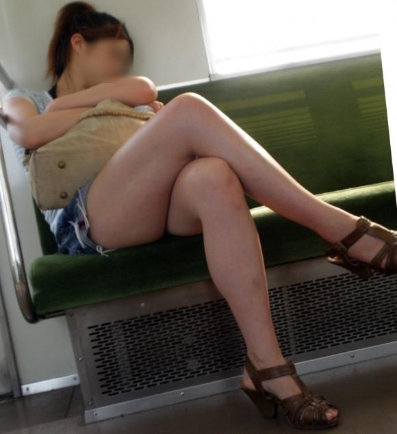電車の中でエロい脚を晒してる女の子ってなんなん?wwwwwww【画像30枚】12_20180924174214429.jpg