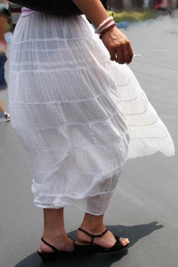 スカートが透けて見えてるパンティってソソるよなぁwwwwwww【画像30枚】12_20190112004603322.jpg