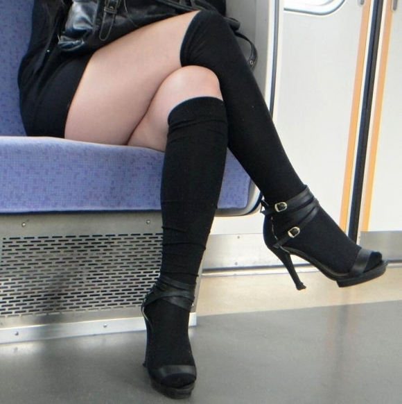 電車に乗ってる時間がとても楽しくなる女の子のエロい脚!wwwwwww【画像30枚】12_20190302152517aa7.jpg