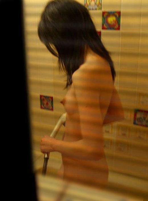 【民家盗撮】素人女子がお風呂に入ってるところが見たすぎて入浴してるトコを盗み撮りしたったwwwwwww【画像30枚】12_20190919014829c04.jpg