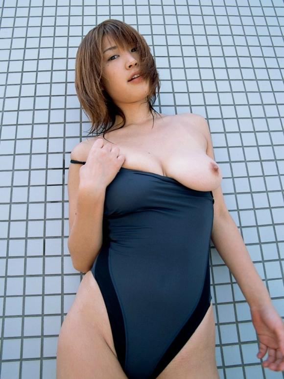 女の子が着てる競泳水着からおっぱいがこぼれてるwwwwwww【画像30枚】12_20191107223644982.jpg