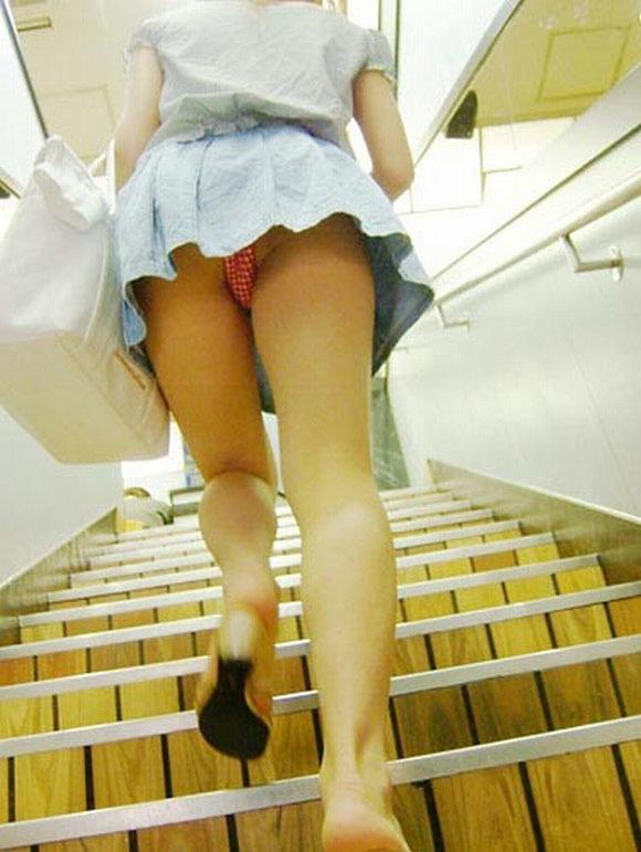 ヒラヒラしてるスカート見ると後ろからパンツ見たくてパンチラ狙ってしまうwwwwwww【画像30枚】12_20191226221145fb9.jpg