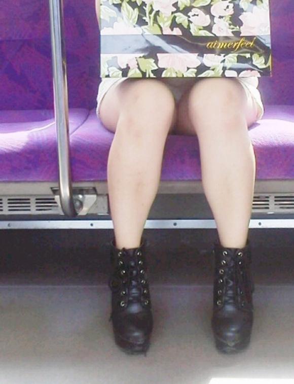 電車の中でエロい脚を晒してる女の子ってなんなん?wwwwwww【画像30枚】13_2018092417421625f.jpg