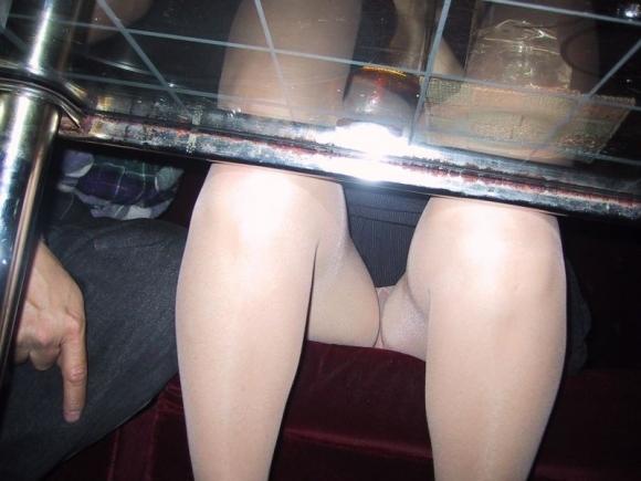 テーブルの下に潜り込んだら簡単にパンチラが見られるぞwwwwwww【画像30枚】13_20190116015243066.jpg