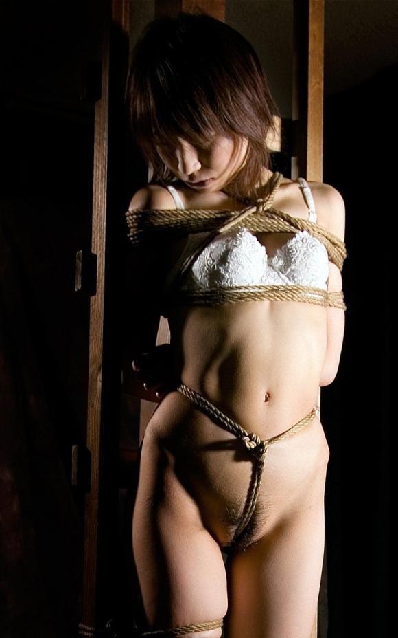 緊縛されて動けない状態で遊ばれてる女の子がイカされてる状態ヤバすwwwwwww【画像30枚】13_2019032001521982c.jpg