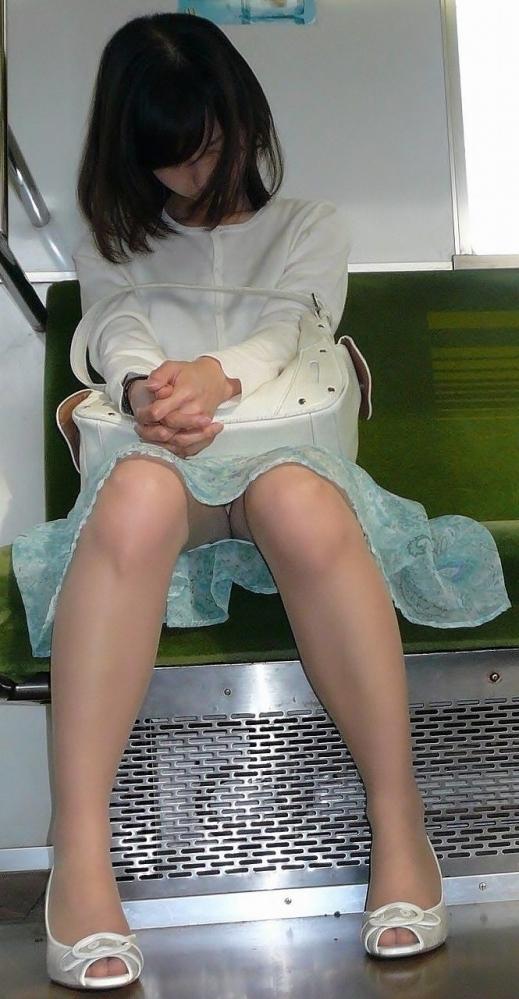 電車の中でエロい脚を晒してる女の子ってなんなん?wwwwwww【画像30枚】14_20180924174217366.jpg