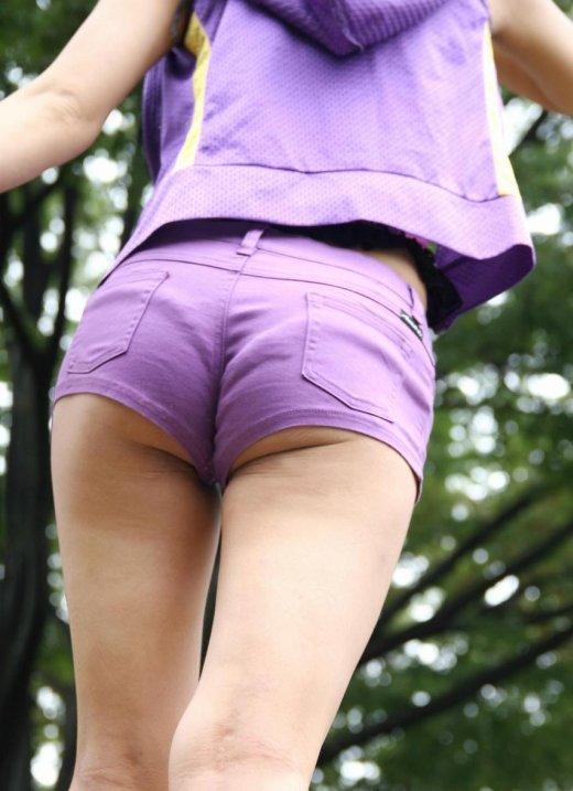【着衣エロ画像】暑くなってくるとホットパンツ姿が多くなってくるから期待しちゃうwwwwwww【画像30枚】14_201904240211589af.jpg