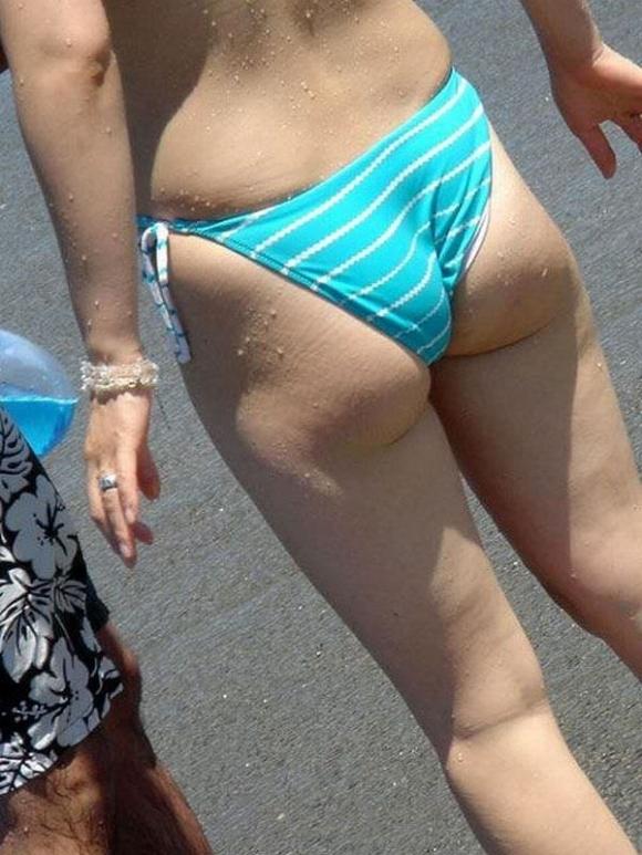 夏はエロい水着女子のおしりが見放題でたまらない季節wwwwwww【画像30枚】14_20190630013003f06.jpg