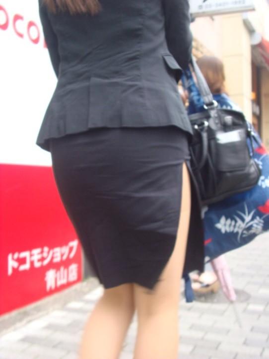 スカートの隙間からエロい脚が見えたら思わず凝視してしまうwwwwwww【画像30枚】14_20190703021215e3f.jpg