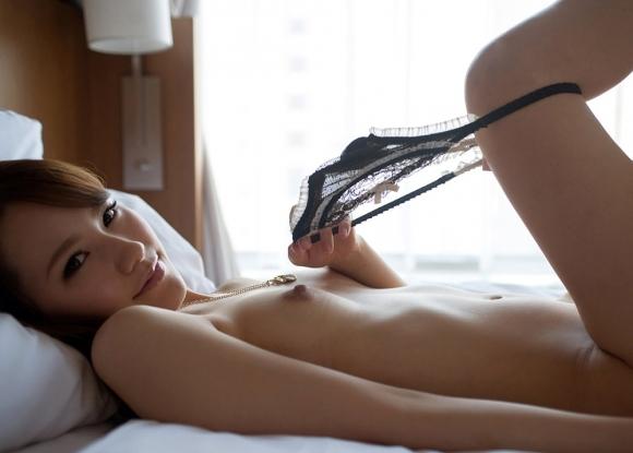 女の子がパンティを脱いで見えるエロい尻を鷲掴みしたいwwwwwww【画像30枚】14_201907070128286ae.jpg