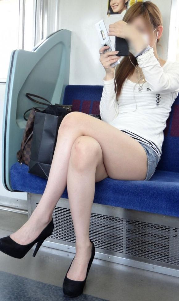 電車の中でエロい脚を晒してる女の子ってなんなん?wwwwwww【画像30枚】15_20180924174219faa.jpg