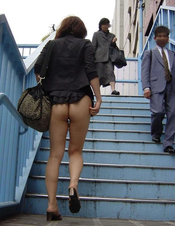 パンチラをすぐしちゃうスカートはマジで注意!wwwwwww【画像30枚】15_201812170027070a4.jpg