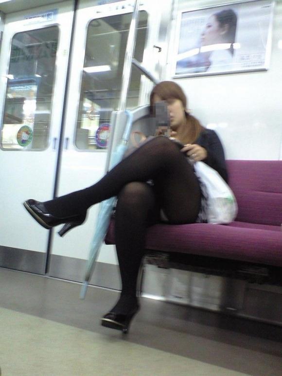 電車に乗ってる時間がとても楽しくなる女の子のエロい脚!wwwwwww【画像30枚】15_2019030215252167e.jpg