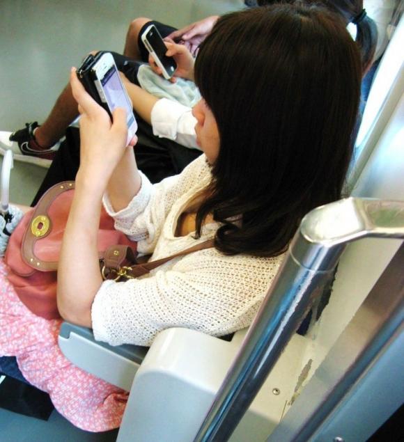 【素人おっぱい画像】無防備に見せてる素人の谷間が電車に乗ってると気になってしょうがないwwwwwww【画像30枚】15_20190321024257f29.jpg
