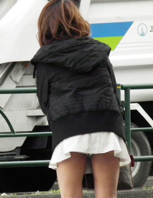 短いスカートを履いてパンチラさせにきてる女の子wwwwwww【画像30枚】15_201905020143485be.jpg