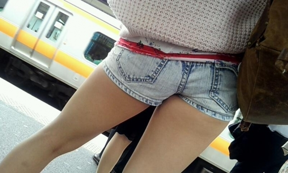 ホットパンツ履いてる女の子の脚を見つけたらずっと目で追ってしまうwwwwwww【画像30枚】15_201906040212073b5.jpg