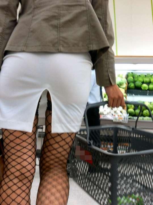 スカートの隙間からエロい脚が見えたら思わず凝視してしまうwwwwwww【画像30枚】15_20190703021216d00.jpg