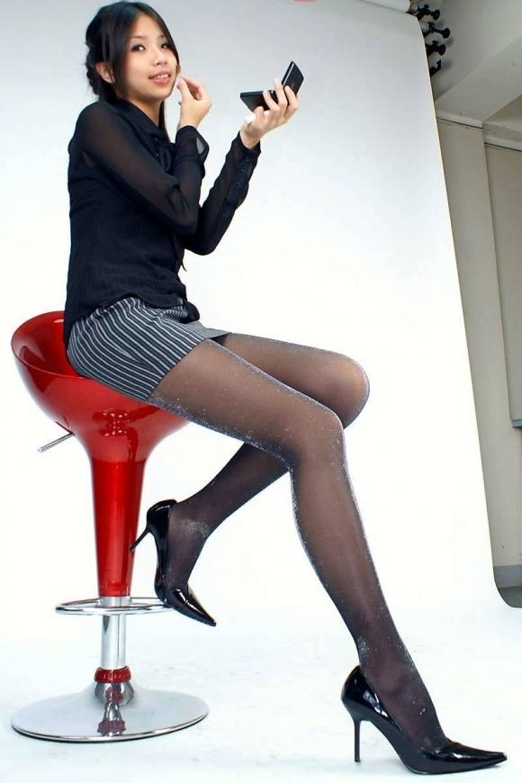 【脚】美しい美脚が映える黒ストッキングが最高のアイテムすぎるwwwwwww【画像30枚】15_20191124233231f94.jpg