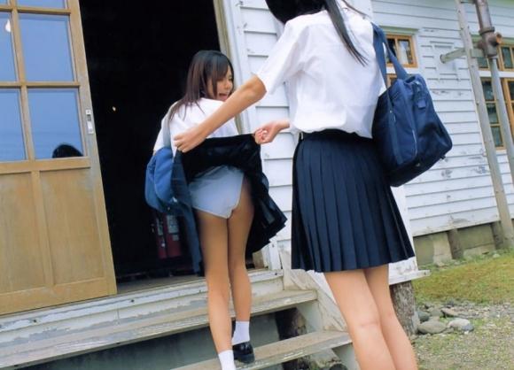 【女子校生】外でピチピチのJK見るとどうしてもパンツ見たくなっちゃうわぁぁぁwwwwwww【画像30枚】15_20191129000429cd5.jpg