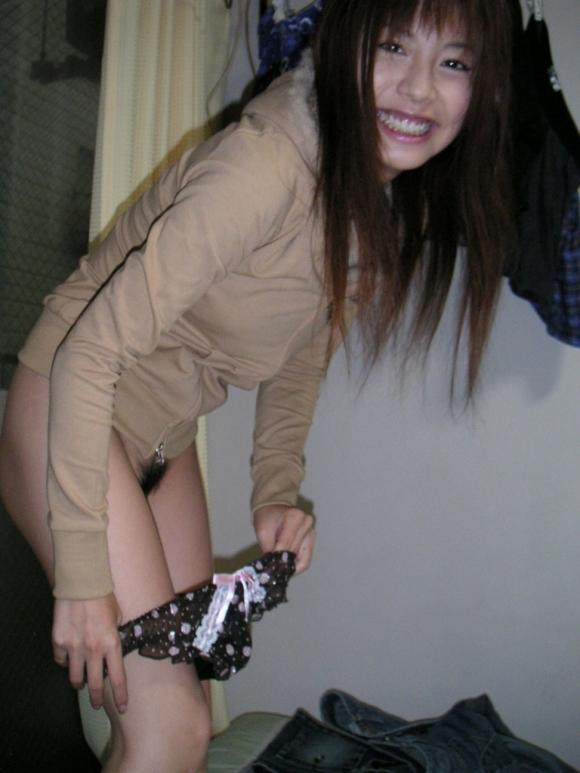 何気なくパンティを脱いでる女の子がくっそエロいwwwwwww【画像30枚】15_2019122419501051d.jpg