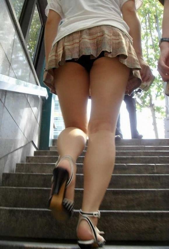 ヒラヒラしてるスカート見ると後ろからパンツ見たくてパンチラ狙ってしまうwwwwwww【画像30枚】15_20191226221150381.jpg