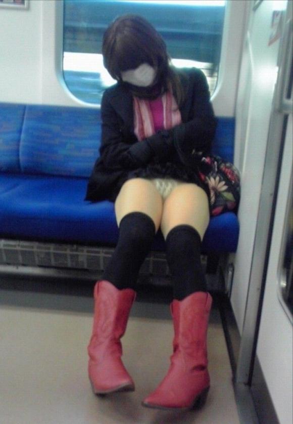 こんなエロい脚を晒して電車に乗る女の子って男泣かせだわwwwwwww【画像30枚】16_20181220010659ac3.jpg