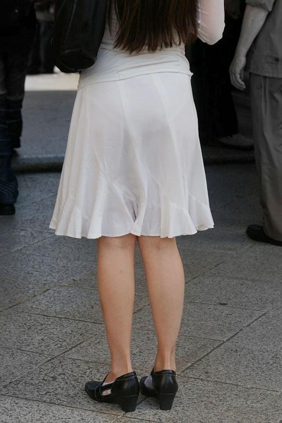 スカートが透けて見えてるパンティってソソるよなぁwwwwwww【画像30枚】16_20190112004609a8c.jpg