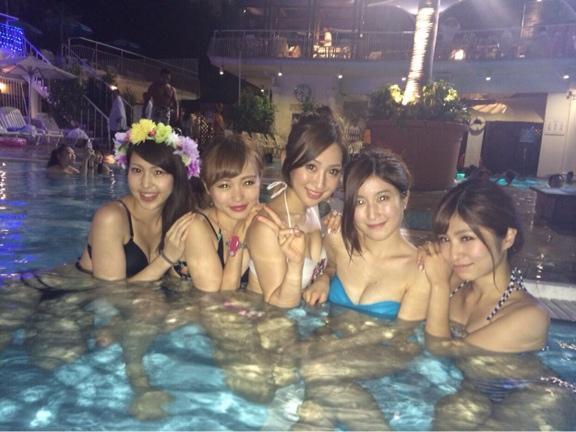 夏の夜に素人女子の水着姿を拝めるナイトプールに行かない手はない!wwwwwww【画像30枚】16_20190618011532600.jpg