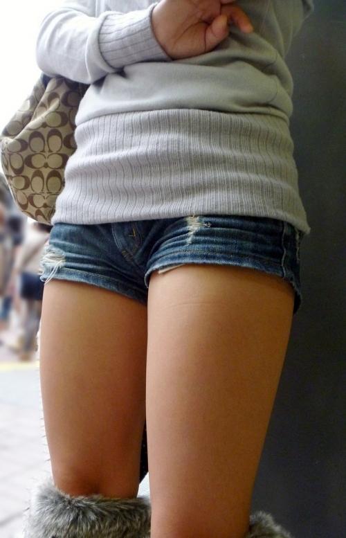 ホットパンツ着てる女の子がいたら絶対に凝視してしまうwwwwwww【画像30枚】16_201907180108532df.jpg