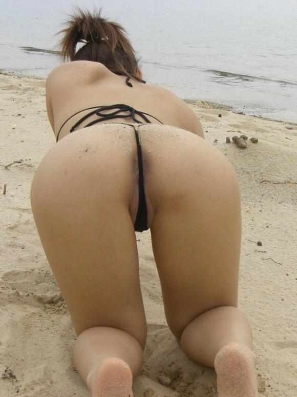 【素人水着画像】真夏のビーチをTバック水着で歩き回る素人を視姦してやりたいwwwwwww【画像30枚】16_20190816020057035.jpg