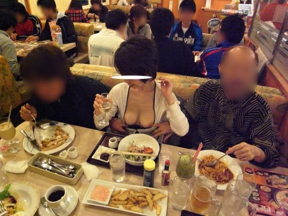 【露出狂】レストランで脱いじゃうとか頭の中どうなってるんだろうwwwwwww【画像30枚】16_20191019224633157.jpg
