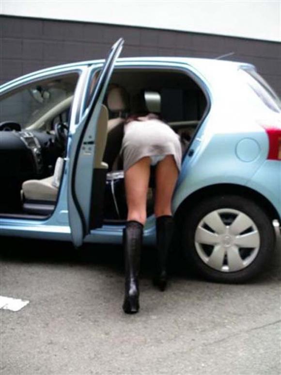 車に乗るときはパンチラしやすい法則を発見したったwwwwwww【画像30枚】17_20181216020647b19.jpg
