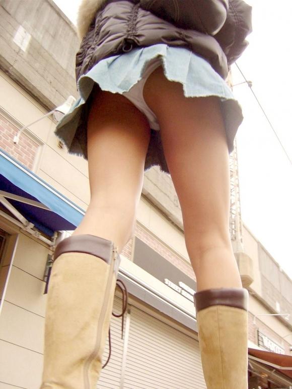 スカート履いてる女の子を狙ったローアングルパンチラのクオリティが凄いwwwwwww【画像30枚】17_2018123014270808b.jpg