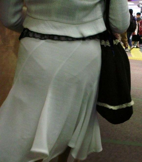 スカートが透けて見えてるパンティってソソるよなぁwwwwwww【画像30枚】17_20190112004610dca.jpg