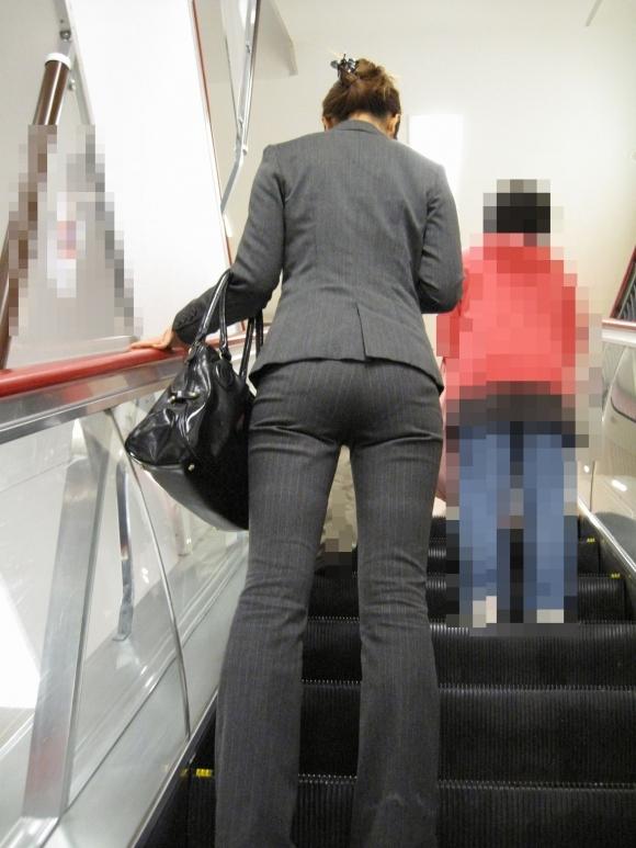タイトでラインがクッキリなスーツのOLさんのおしりがエロすぎるwwwwwww【画像30枚】17_201901272302267be.jpg
