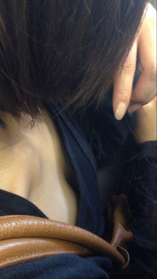 【凝視】電車で気になる胸チラ女子がいたらじっくりと堪能してしまうwwwwwww【画像30枚】17_201902160149183f3.jpg
