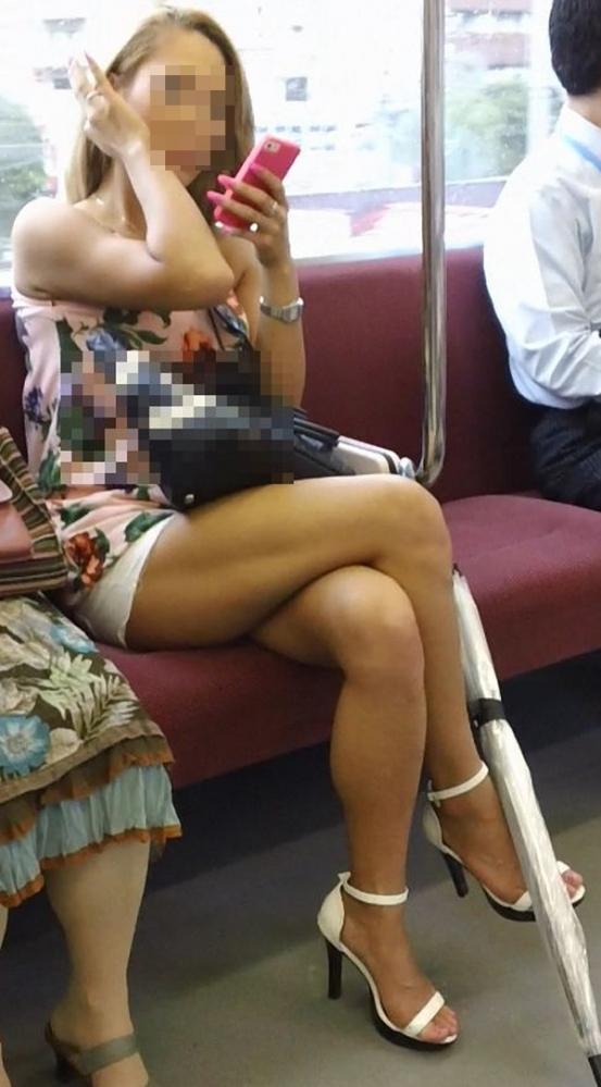 電車に乗ってる時間がとても楽しくなる女の子のエロい脚!wwwwwww【画像30枚】17_20190302152524b65.jpg