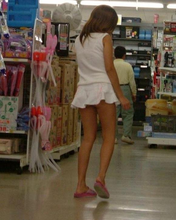 短すぎるスカートをなんで履くのか不思議すぎるwwwwwww【画像30枚】17_20190724012151bdf.jpg