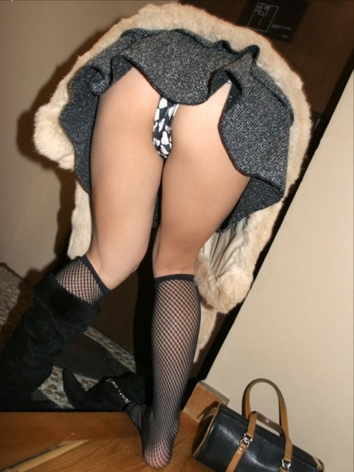 パンチラをすぐしちゃうスカートはマジで注意!wwwwwww【画像30枚】18_20181217002712e25.jpg
