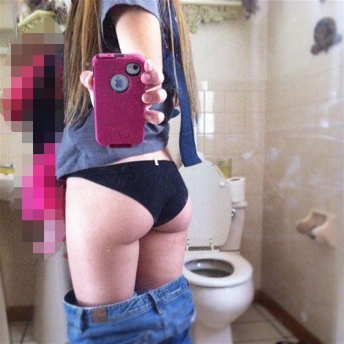 【素人自撮り画像】恥ずかしいからってトイレの中で自撮りしてる素人娘のオナネタ画像wwwwwww【画像30枚】18_20190113004901318.jpg
